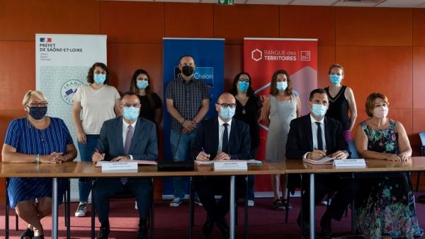 Le Grand Chalon et la Banque des Territoires signent une convention de recrutement de 6 «Conseillers numériques France Services» pour lutter contre les fractures numériques sur le territoire