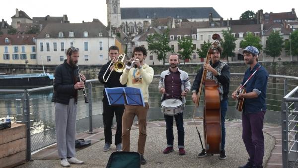 Chalon-sur-Saône : Le groupe Sonata & Rustine inaugure de bien belle manière  les 'Guinguettes' du quai de la Monnaie.