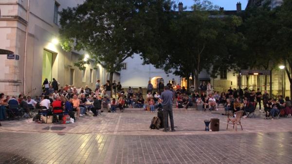 Plus de 130 personnes ont participé à une nouvelle terrasse sauvage sur la Place de l'Hôtel de Ville