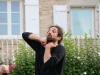 Le jongleur comédien Aurélien Jasinczuk place de l'église Saint Just à Fontaines.