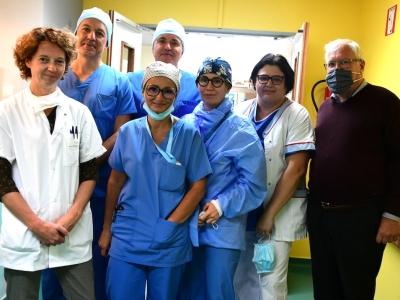 «1ère en Bourgogne», avec une prothèse du sphincter mise en place avec le robot chirurgical à l'Hôtel-Dieu du Creusot
