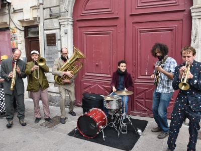 Gumbo swing, une fanfare lyonnaise qui a animé le parcours dégustation de la Paulée, ce dimanche à Chalon-sur-Saône.
