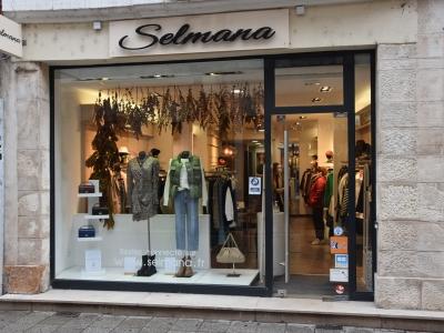 Il y a les boutiques de prêt-à-porter féminin et heureusement, il y a aussi « Selmana » !