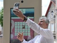 """Quand le Président du Département de Saône et Loire adresse un """"selfie"""" à sa vice-présidente"""