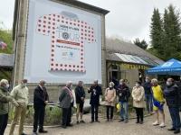 TOUR DE FRANCE 2021 - Un maillot géant de meilleur grimpeur sur la Mairie d'Uchon
