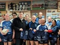 Remise de shorts à l'équipe de « Rugby loisirs » du Rugby Club de Givry
