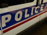 Il arpentait la rue, agité, en donnant des coups sur les carrosseries de voitures rue Denon à Chalon