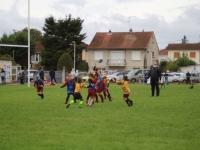 Belle démonstration de ballon ovale par les enfants des écoles de rugby.