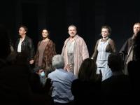 Standing ovation pour Philippe Torreton et les comédiens de la pièce 'La vie de Galilée'
