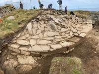 De mystérieuses boules de pierre polies exhumées d'une tombe de 5500 ans en Écosse