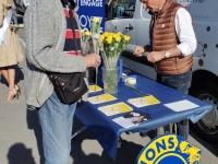 Vente de roses jaunes par les 4 Lions Clubs de Chalon sur Saône, au profit de la lutte contre la maladie d'Alzheimer