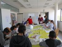 Activité de peinture sur galets à l'espace Simone Veil du service familles de Saint Rémy.