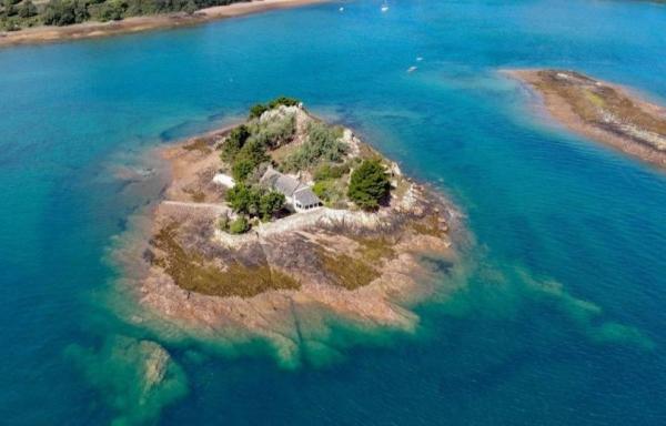 Avis aux amateurs, l'île est à vendre