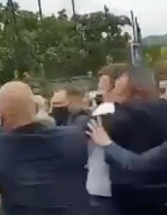 Le président de la République se fait gifler en marge d'un déplacement dans la Drôme