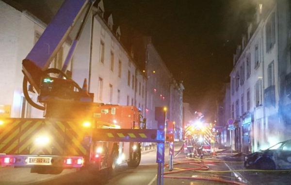 A Dijon, une voiture s'encastre dans un restaurant  et déclenche un incendie