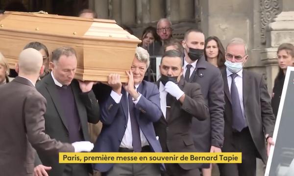 Vive émotion aux obsèques de Bernard Tapie à la sortie de l'église