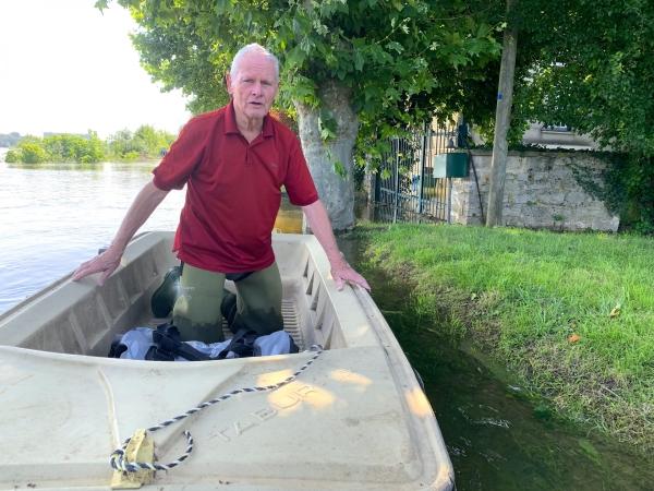 A Ma Campagne, à 85 ans, obligé de mettre les pieds à l'eau pour se ravitailler