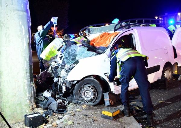 Le conducteur de la voiture utilitaire, qui a percuté un arbre, est décédé, il avait 17 ans