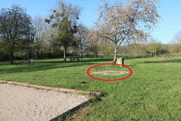 Une des tables installée au Champ Liard par la commune de Champforgeuil a été volée
