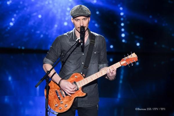 Sur des accords de Queen, Nico Sarro a fait vibrer sa voix et sa guitare sur le plateau de The Voice