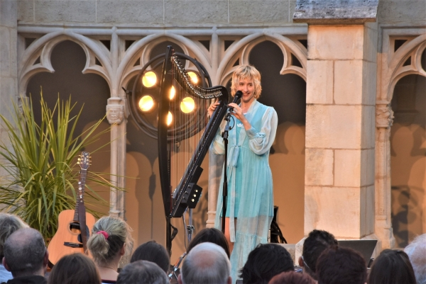 Le Cloître Saint Vincent tombe sous le charme de la talentueuse harpiste et guitariste Naomi Greene