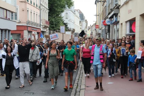 Plus de 700 personnes ont défilé à Chalon-sur-Saône contre le pass sanitaire (2/2)