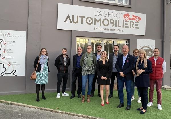 Lors de l'inauguration de l'Agence Automobilière, entreprise pour vendre sa voiture comme une maison, la gérante Margaux Lagarde était entourée de ses partenaires